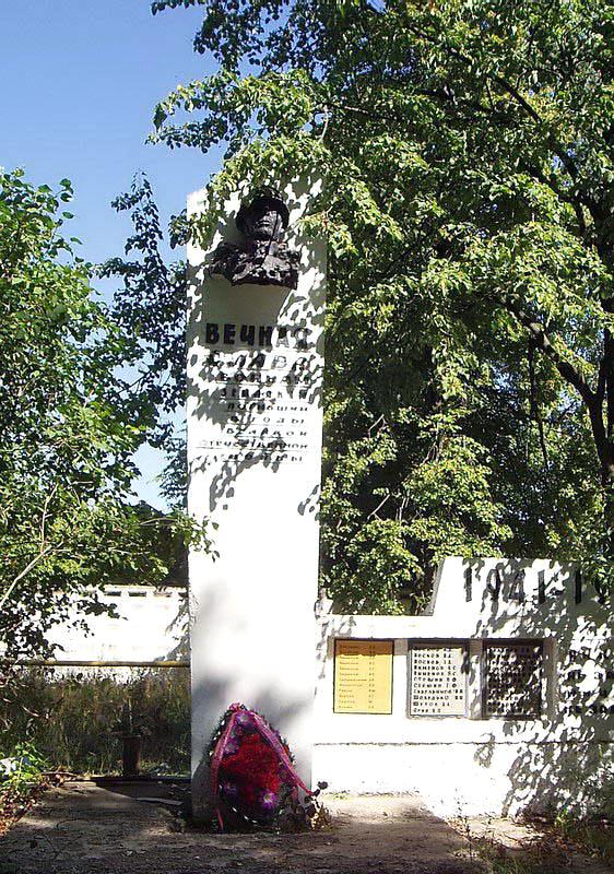 Памятник ВОВ в центре Лукново