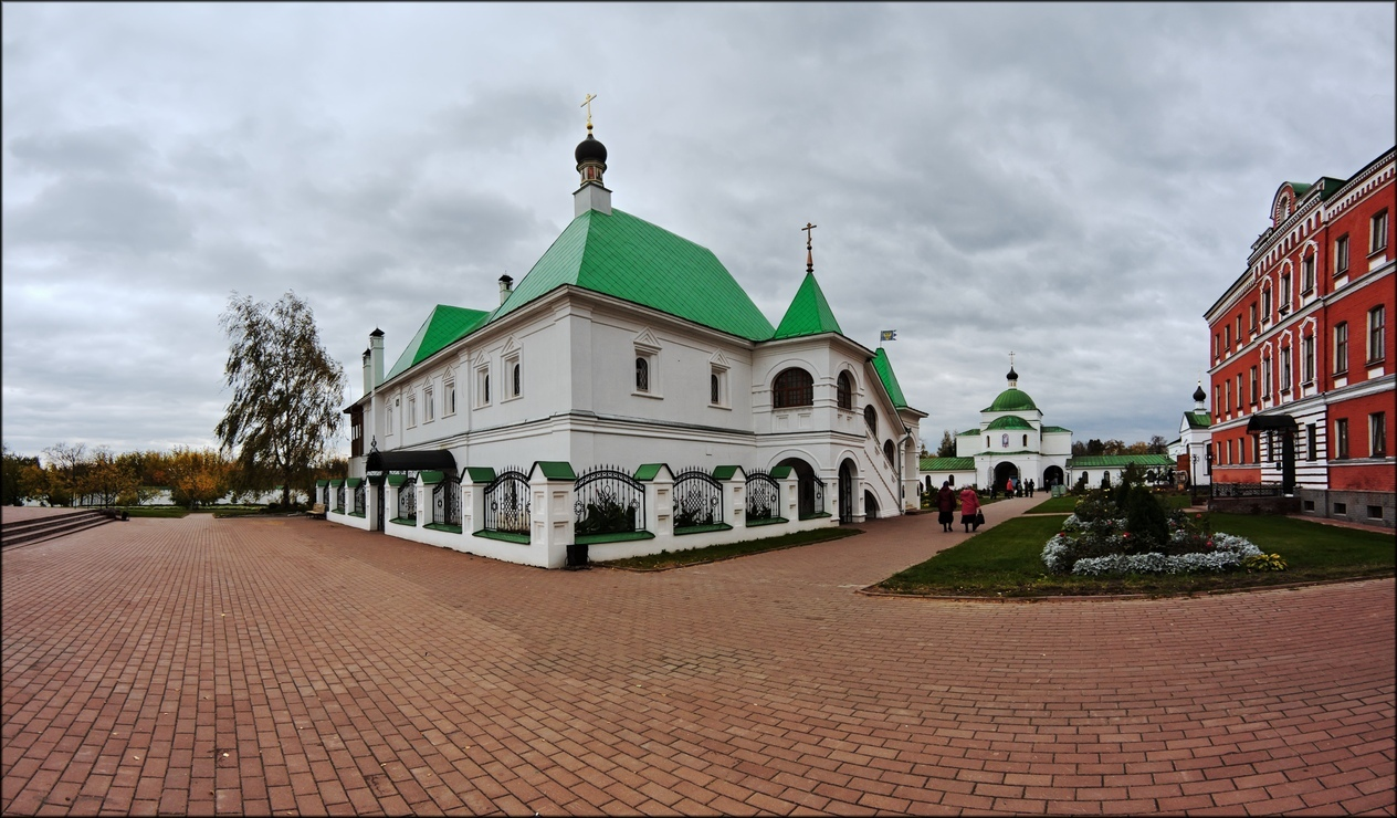 Площадь на территории Спасо-Преображенского монастыря