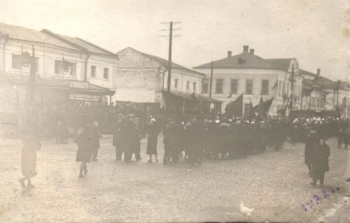 Демонстрация между торговыми рядами (Юрьев-Польский)