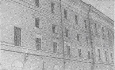 Пять малых окон в стене здания «палат» выходят из арестантской комнаты Окружного суда, в которой содержались М. Фрунзе и П. Гусев