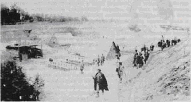 На строительство железной дороги съехалось много сезонных работников. По утрам они из своих таких вот желищ отправлялись на работу. 1902 год.