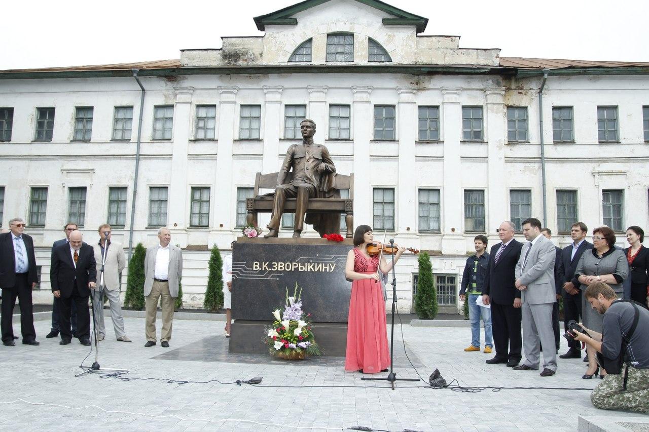 Памятник Зворыкину в Муроме 3