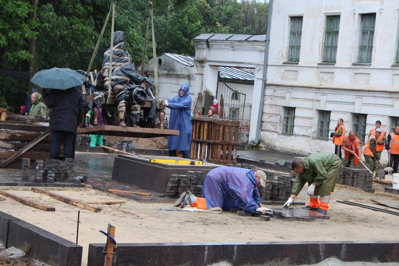 Установка памятника Зворыкину в Муроме 5