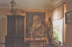 Большой портрет Николая Егоровича Жуковского встречает посетителей Дома-музея в прихожей.