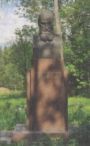 В парке перед домом установлен бюст Н. Е. Жуковского.