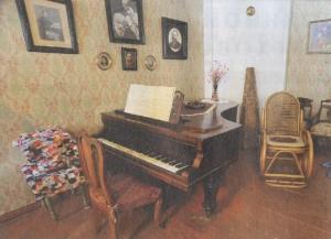 Кабинетный рояль московской фабрики Людвига Штюрцваге (отца известного художника), изготовленный во второй половине XIX века, продолжает звучать в гостиной и в наши дни.