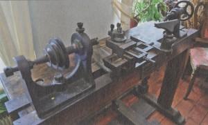 Маленький токарный станок с ножным приводом, необходимый для моделирования, Жуковский приобрёл в Мальцовском ремесленном училище во Владимире. В те годы в подобных заведениях учебное оборудование было принято менять раньше, чем оно морально устареет.