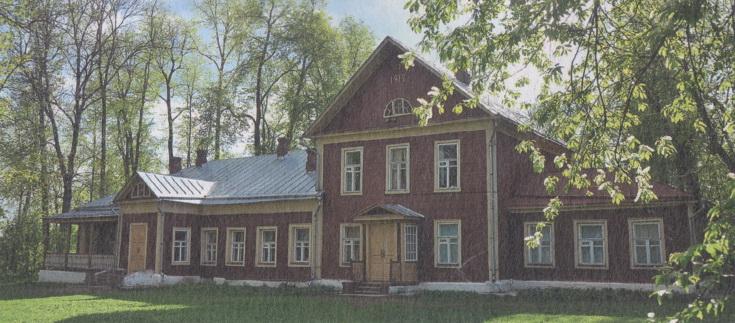 Построенный ещё в XVIII веке одноэтажный усадебный дом обзавёлся мезонином лишь в 1912 году. Об этом сообщают цифры на фронтоне.