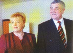 Бывший губернатор Виноградов и Н.Б. Белова после вручения ей диплома победительницы Всероссийского конурса Женщина-директор года-2003
