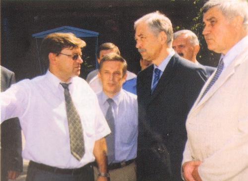 Завод поддерживает постоянные связи с руководителями министерств и государественными заказчиками. Визит на завод министра МВД Б. Грызлова (июль 2003)