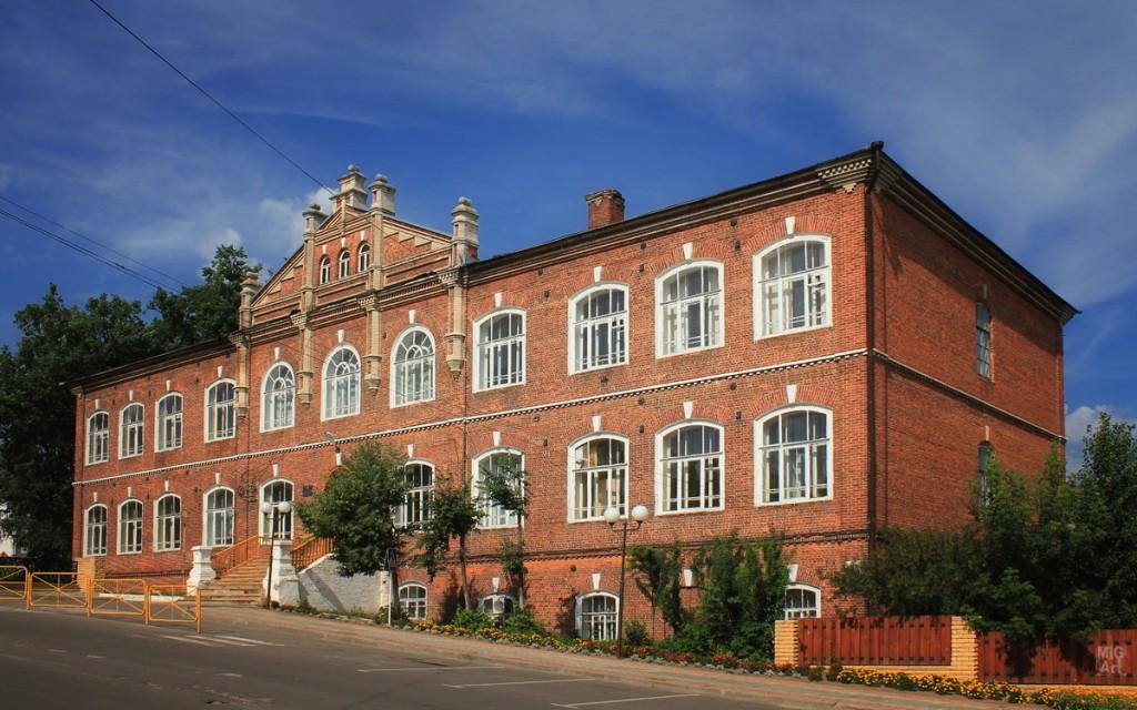 Здание школы в городе Меленки. Рядом парк отдыха