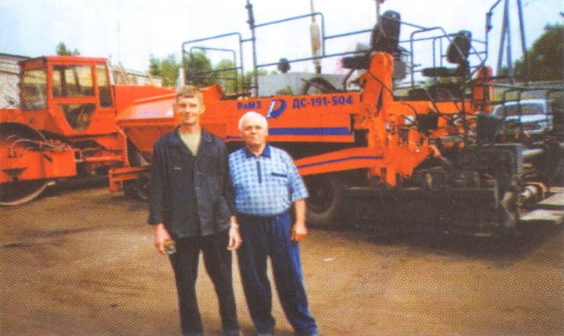 С.А.Тарасов - электрик и В.Е.Скибицкий - почетный дорожник