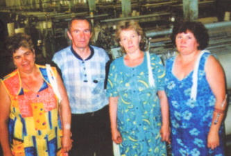 B.C. Скотар, бригадир и Г.М. Захарова, Н.В. Чалова, Т.В. Мочкина, ткачи