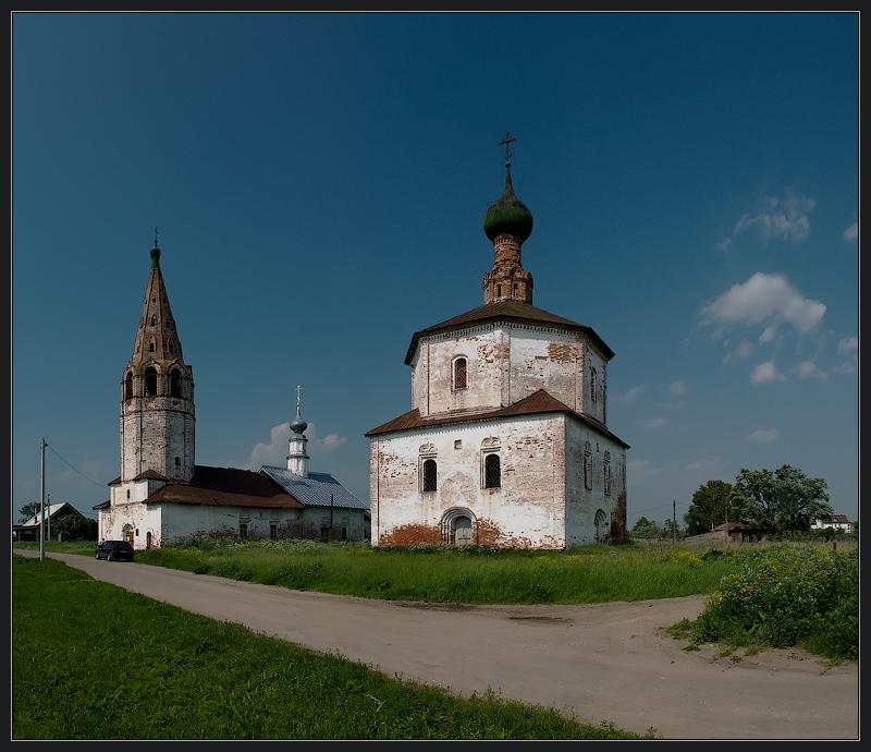 Зачатьевская трапезная церковь (слева)