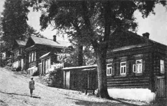Большая Садовая улица. На переднем плане бывший дом Полежаевой