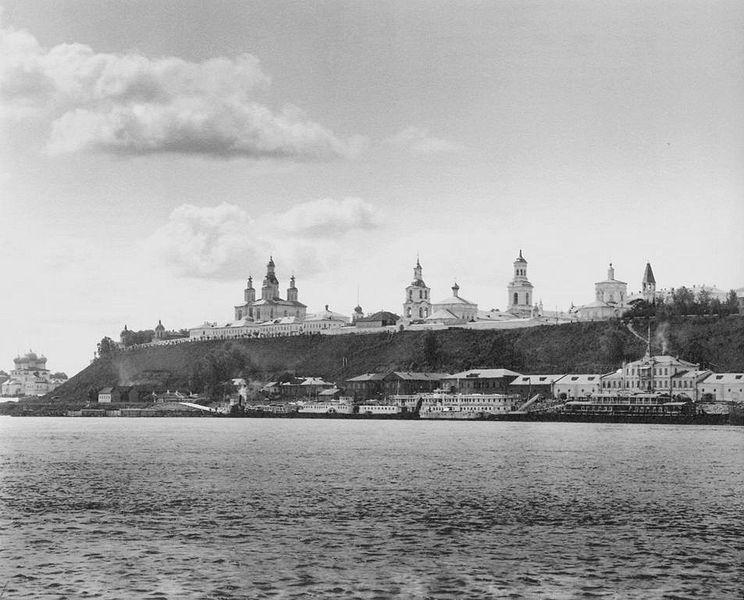Вид на городскую пристань и ансамбль центральной площади. Г. Киров