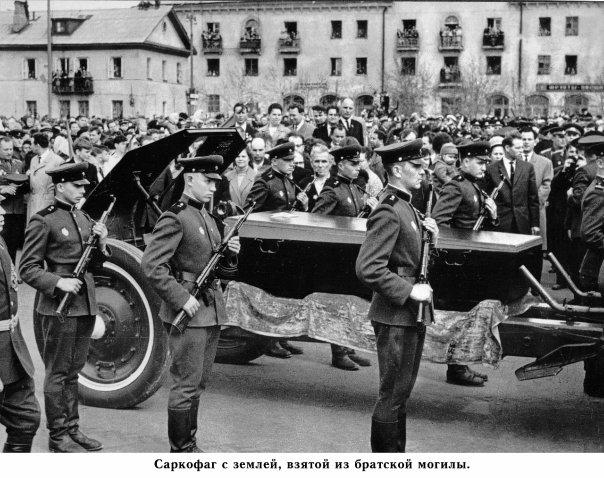 Ковров. Саркофаг с землей, взятой из братской могилы