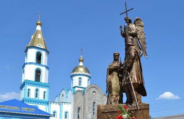 Памятник Петру и Февронии муромским в Краснодаре