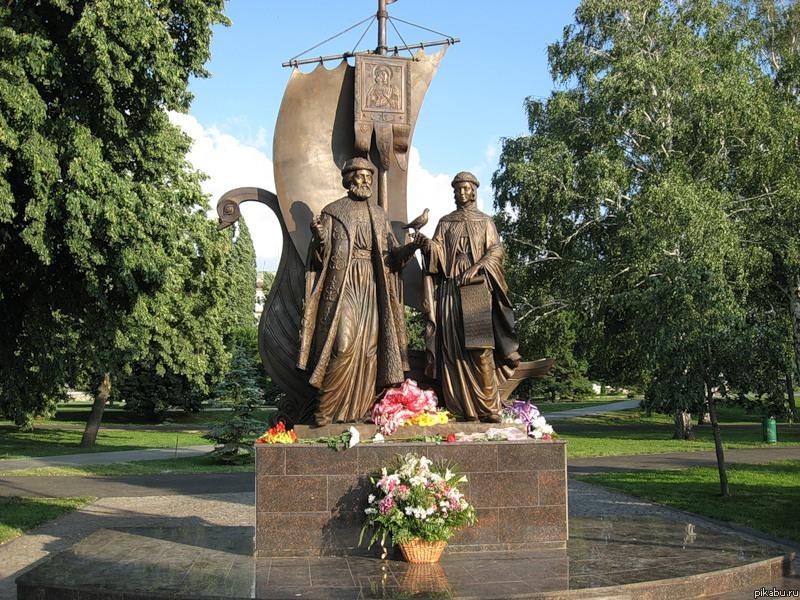 Памятник святым Петру и Февронии Муромским,покровителям влюбленных и семейного очага. Самара.