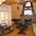 Интерьер гостиной в рубленом домике. Фотография базы отдыха Мещерский скит