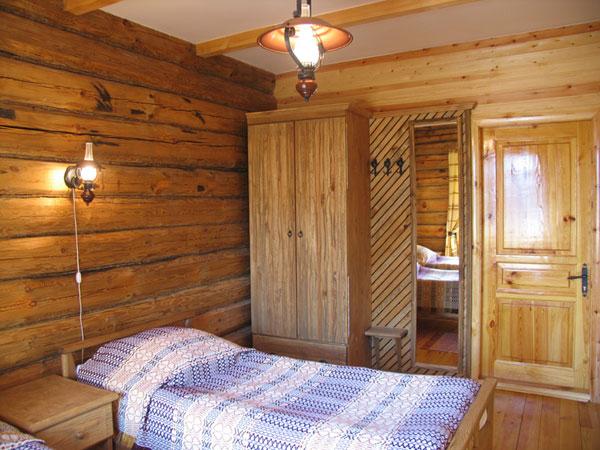 Интерьер жилой комнаты в деревянном домике. Мещерский скит