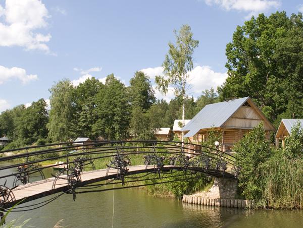 Оригинальный мостик через реку - база отдыха Мещерский скит