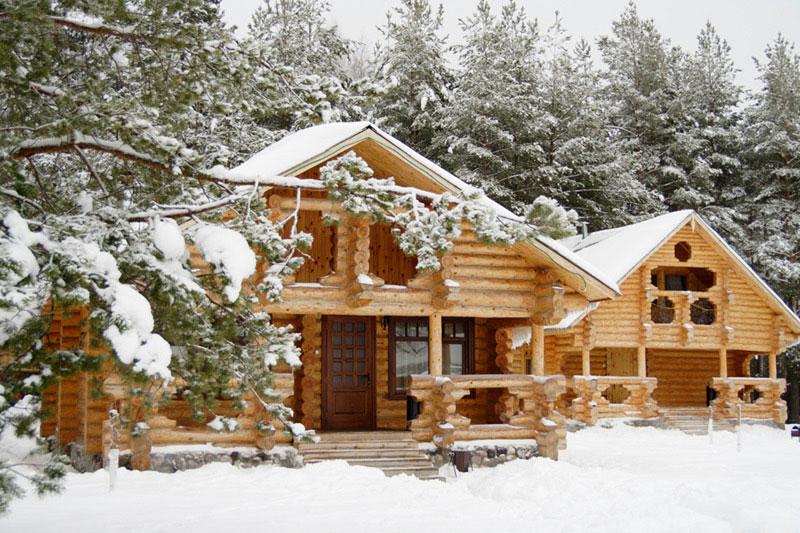 Рубленый дом зимой на базе отдыха Мещерский скит