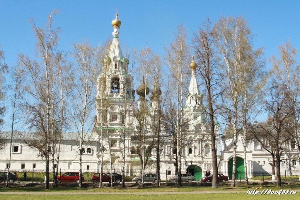 Муром, Площадь Крестьянина. Ансамбль Свято-Троицкого монастыря со стороны здания Администрации.