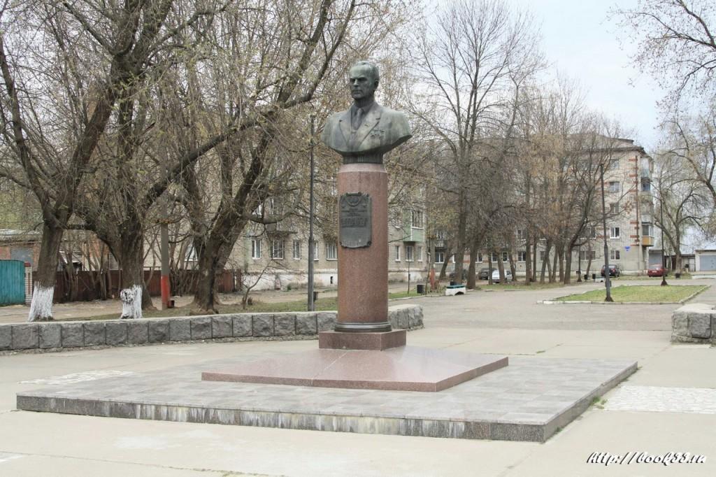 Муром, ул. Первомайская. Памятник Герою Социалистического Труда, авиаконструктору Белякову