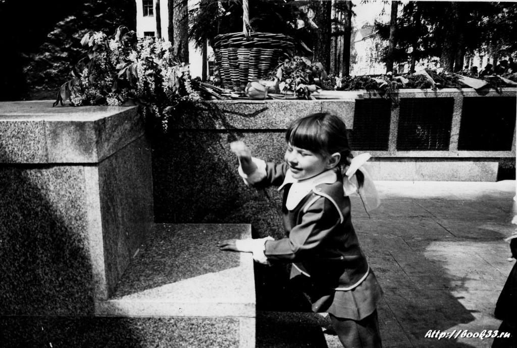 9 Мая на Вербовском. Девочка возлагает цветы к памятнику