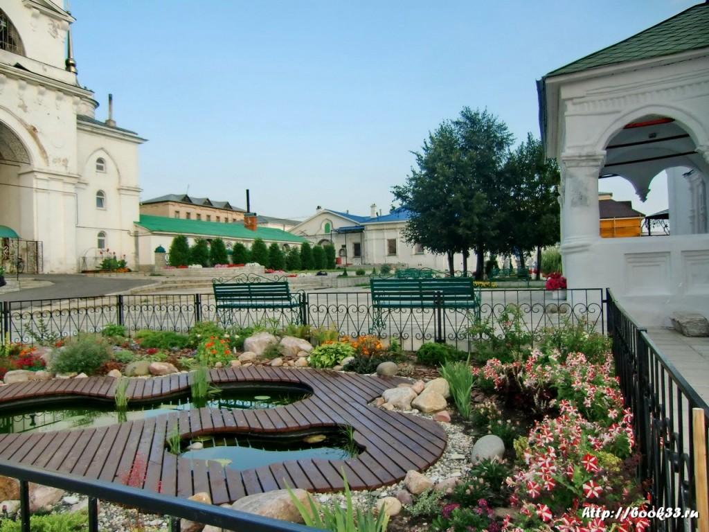 Богоявленский монастырь (Мстёра). Оформление - Клумба