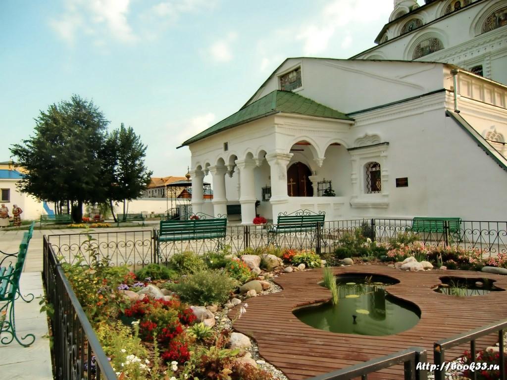 Богоявленский монастырь (Мстёра). Оформление - Клумбы