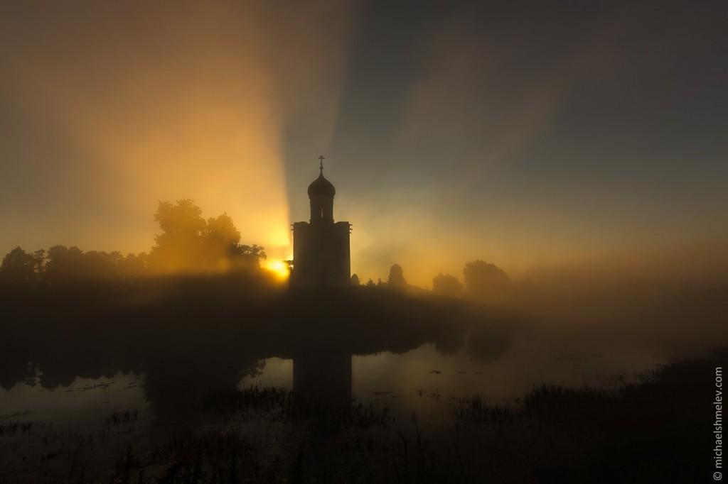 Церковь Покрова на Нерли на закате 01