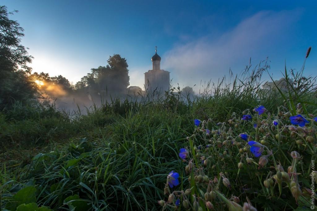 Церковь Покрова на Нерли на закате. Фотограф - Михаил Шмелев