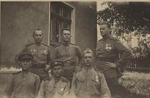 Старшина Захаров В.П.(слева, стоит) с однополчанами. Восточная Пруссия конец 1944 года. Фото из архива автора.