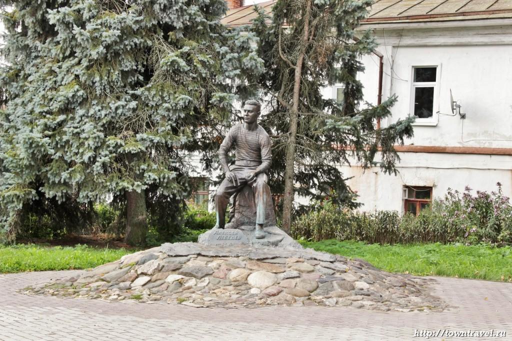 Памятник Лебедеву в Суздале