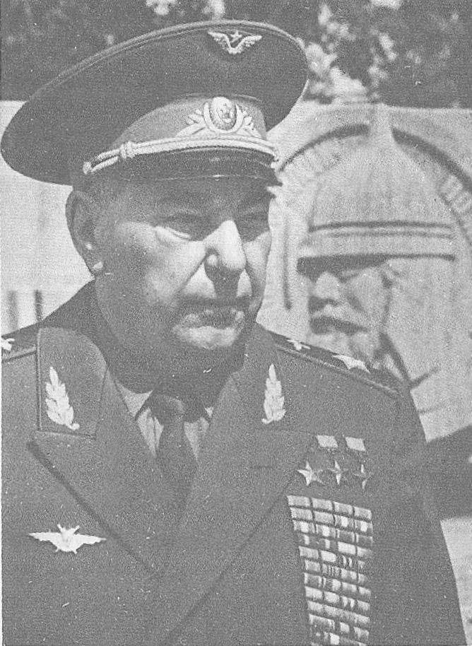 Трижды Герой Советского Союза А.И.Покрышкин у могилы Д.М.Пожарского