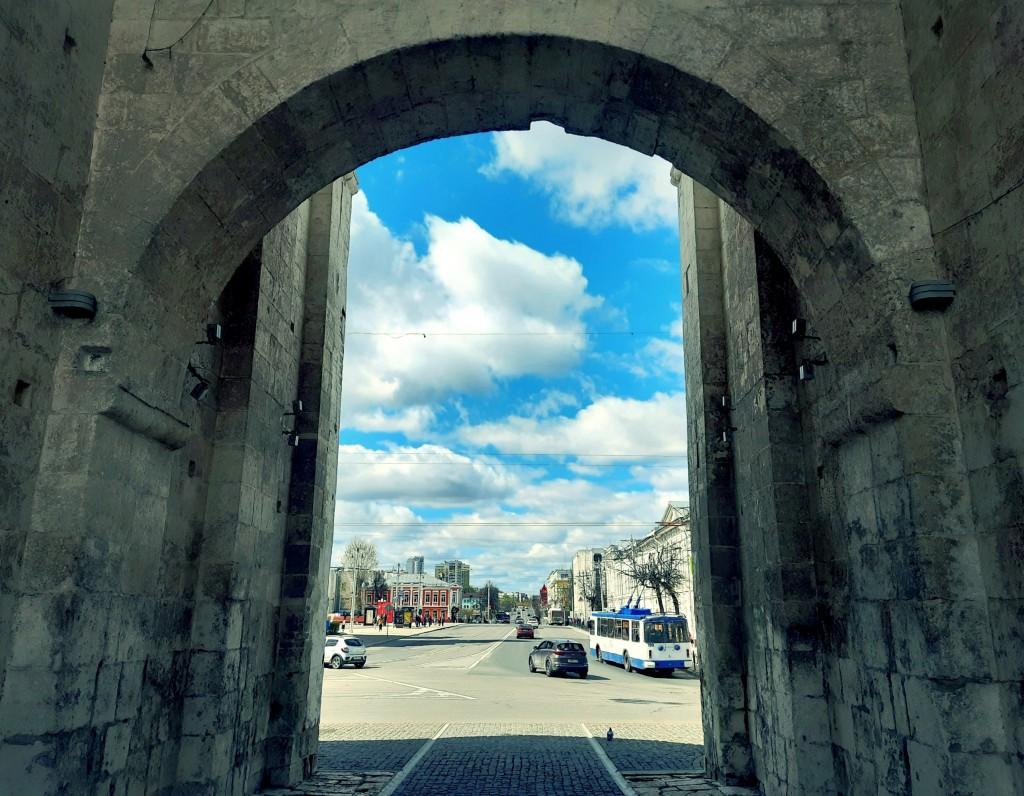 Под аркой Золотых Ворот города Владимира