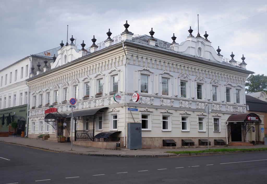 Дом с лепниной и шпилями, на углу 2-й Никольской и Девической во Владимире